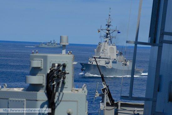 Los escoltas de la SNMG-1 se acercan al buque de mando «Castilla» (Foto: Fernando Rivera/Revista Naval)