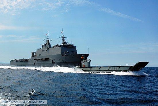 Operando lanchas de desembarco (Foto: Fernando Rivera/Revista Naval)