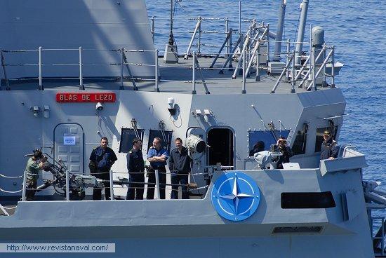 El contralmirante Rodríguez Garat, en el centro de la imagen, es el actual comandante de la SNMG-1 (Foto: Fernando Rivera/Revista Naval)