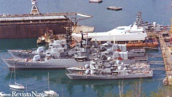 Dos fragatas y cuatro corbetas de construcción italiana descansan apaciblemente en el astillero de Fincantieri en Trieste, a la espera de conocer su, por entonces, incierto destino