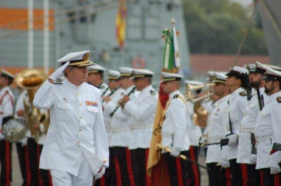 El almirante Beltrán Bengoechea, antiguo comandante del buque, pasando revista a la Fuerza (Foto: Revista Naval)