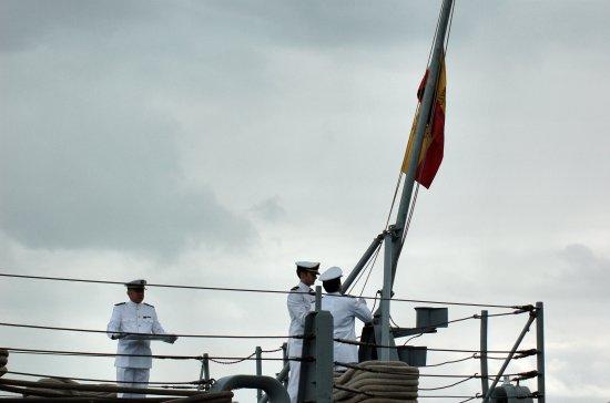 Arriado de la enseña nacional (Foto: Revista Naval)