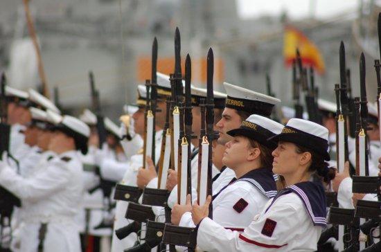 La Fuerza presentando honores a la bandera (Foto: Revista Naval)