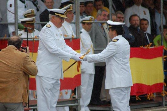 El almirante Cañete Muñoz hace entrega del gallardete al último comandante del buque (Foto: Revista Naval)