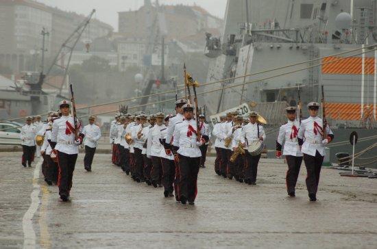 Desfile de la Fuerza ante la tribuna de autoridades(Foto: Revista Naval)