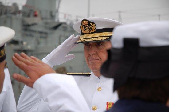 El almirante Beltrán Bengoechea saludo a los miembros de la última dotación de la fragata «Extremadura» al término del acto (Foto: Revista Naval)