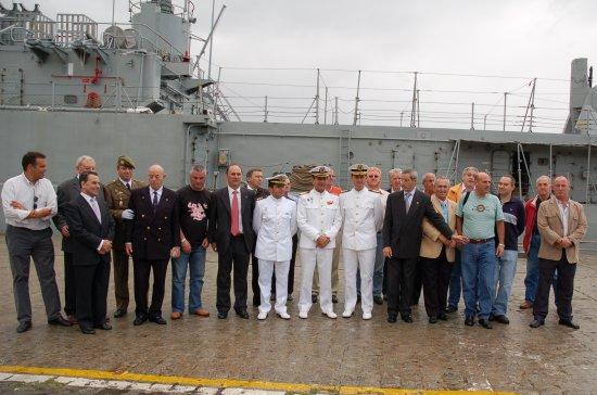 Un grupo la Asociación de Veteranos de la Armada posan junto al buque que, previsiblemente, terminará sus días como museo a flote en Santander (Foto: Revista Naval)