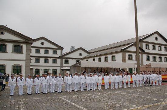 La última dotación de la fragata formada a pie de muelle (Foto: Revista Naval)