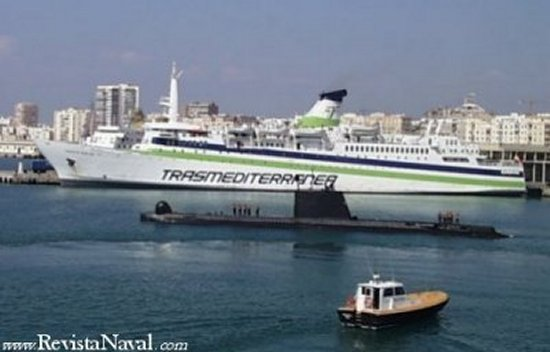 En el puerto de Málaga durante el ejercicio Anfibex 02. Los cuatro submarinos de la clase Delfín (o Daphné) han resultado unos excelentes buques, de lo que da fe su extraordinariamente longeva vida operativa