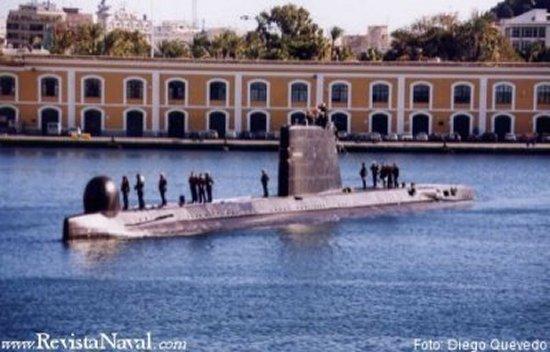 El Narval maniobrando ya en el interior del arsenal de Cartagena