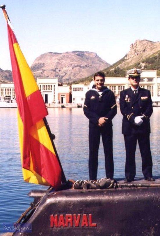 Dos hombres para la historia del Narval: el cabo 1º Maniobra Ángel Sánchez Paredes, encargado de arriar por última vez la bandera el 23 de abril de 2003, y el subteniente Francisco Aniorte Fructuoso, que en su día fue el cabo 1º que la izó por vez primera, el 22 de noviembre de 1975.