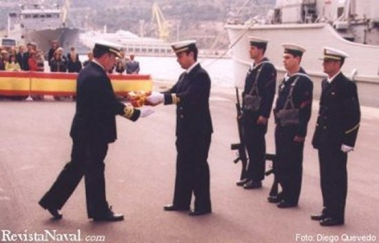 El comandante entrega la bandera del buque al vicealmirante jefe del Arsenal de Cartagena, Mario Rafael Sánchez-Barriga Fernández, que presidió el acto.