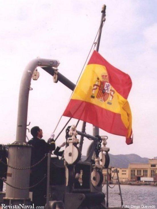 Arriado de la bandera del dragaminas Sil.