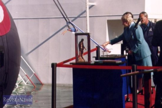 La madrina del buque, señora María Ximena Iturriaga, se dispone a lanzar la botella contra el casco del buque (Foto: Diego Quevedo Carmona)