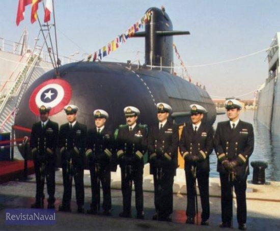 Comandante y oficiales posan ante su nuevo buque (Foto: Diego Quevedo Carmona)