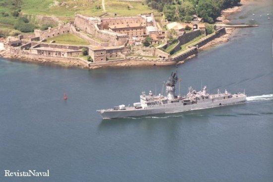 El pasado día 6 de junio, la Cataluña zarpó del Arsenal militar de Ferrol para pasar entrecastillos en una de sus últimas ocasiones (Foto: RevistaNaval.com).