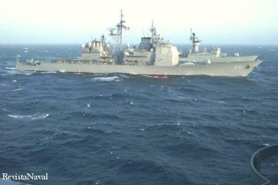 El crucero norteamericano USS Anzio, y al fondo la fragata F 73 Cataluña, durante el ejercicio NEO Tapón 03 (Foto: Cortesía Blimdanet.com).