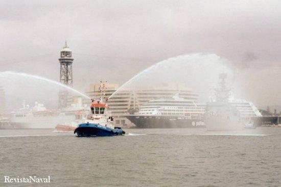 En la fotografía, la Cataluña abandonando el puerto de Barcelona en su último adiós (Foto: RevistaNaval.com).