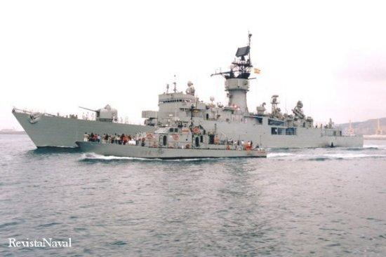El patrullero P 34 Alcanada, con base en Barcelona, atestado de público, acompaña a la fragata F 73 Cataluña en la emotiva despedida que se le tributó en Barcelona (Foto: RevistaNaval.com).