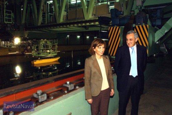 La ministra Elena Espinosa en el Laboratorio de Dinámica del Buque, ante el C.P.M.C. (Computerized Planar Motion Carriage) con el modelo del futuro LHD para la Armada (Foto: MAPA)