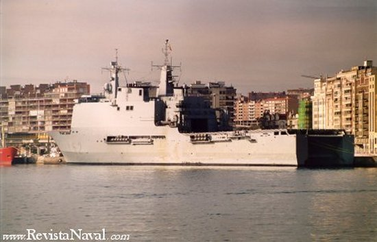El LPD Castilla atracado en el puerto de Santander