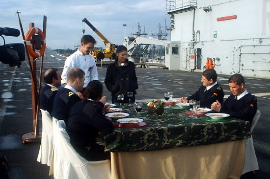 El chef Carlos García-Clamart y la conductora del programa, Vanessa Martyn, se interesan por la opinión de los comensales (Foto: CGF)