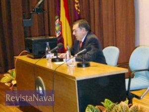 El conferenciante, en un momento de su alocución (Foto: Lapenu)