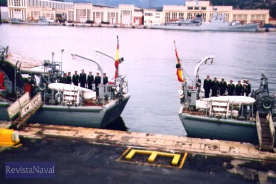 Las popas del «Ebro» y del «Odiel», instantes antes del arriado definitivo de sus respectivas banderas (Foto: Diego Quevedo Carmona)