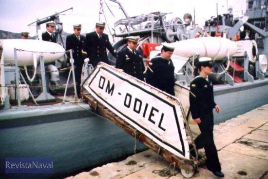 La última dotación del «Odiel» abandona el buque (Foto: Diego Quevedo Carmona)