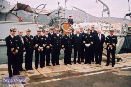 Al acto asistieron 15 antiguos comandantes del «Ebro», que posaron ante el viejo «patito» (Foto: Diego Quevedo Carmona)
