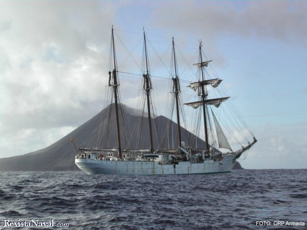 El Buque Escuela Juan Sebastián de Elcano navegando a dos millas al Noroeste del Farallón de Pájaros, que es la isla más al Norte de las Marianas, durante la travesía de Hawaii a Japón (fuente: ORP Armada).