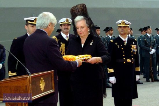 El alcalde de Barcelona, Joan Clos, hace entrega de la enseña a la madrina del buque, la infanta Doña Pilar (Foto: MDE)