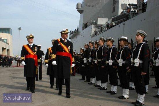 S.M. el Rey pasa revista a las tropas formadas a pie de muelle (Foto: Javier Sánchez)