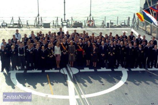 La Familia Real se fotografió con la dotación del buque (Foto: MDE)