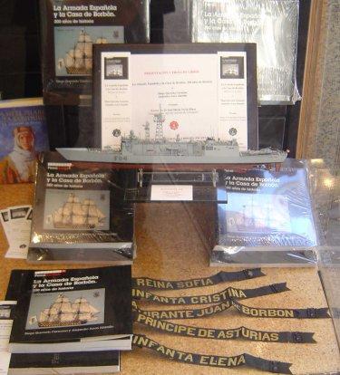 Decoración del escaparate de la librería Escarabajal de Cartagena, con una maqueta de la fragata F-84 «Reina Sofía» y cintas de lepanto de los buques que en la actualidad ostentan nombres de la miembros de la Casa de Borbón (Foto: Lapenu).