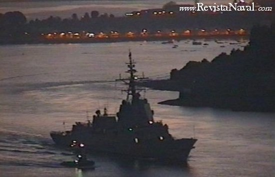 Amanecer del 14 de diciembre de 2002, la F-101 sale de la ría de Ferrol para efectuar pruebas de mar