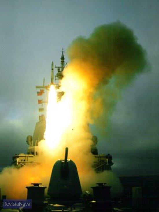 Lanzamiento de un misil SM-2 desde la fragata F-102 «Almirante Juan de Borbón» (Foto: ORP Armada)