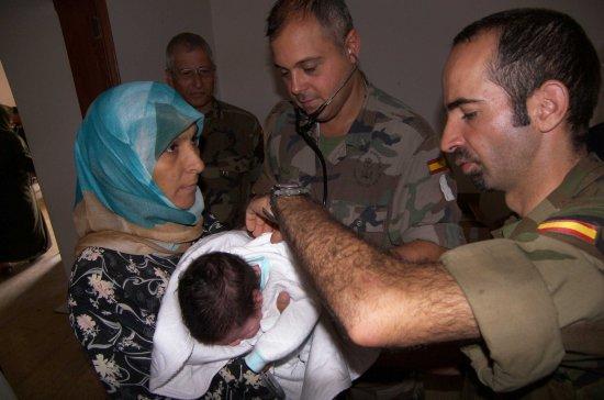 Miembros del equipo médico de FIMEX-L atienden a la oblación civil (Foto: Ministerio de Defensa)