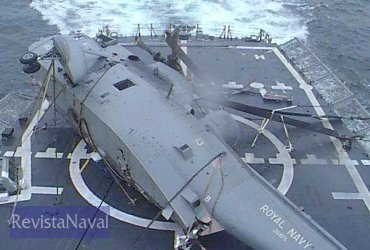 """Helicóptero británico  """"posado"""" de forma muy poco ortodoxa sobre la cubierta de una fragata española."""