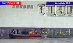 Miembros de la dotación del HMAS «Success» se afanan en arreglar el desaguisado. (Sky News Australia)