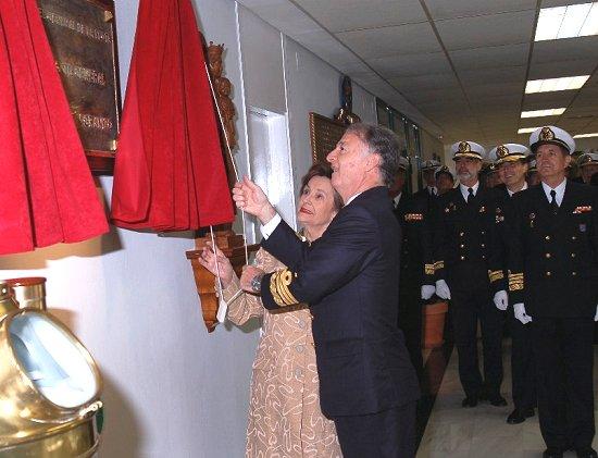 El AJEMA y la viuda de Rodríguez Martín-Granizo descubriendo la placa conmemorativa en el edificio del Cuartel General de la Flota (Foto: ORP Flota)