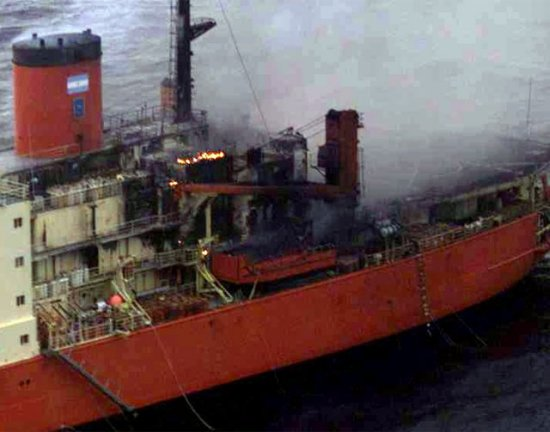 El buque en llamas, imagen captada desde un P3 Orion de la Armada argentina (Foto: ARA, vía FuerzasNavales.com)