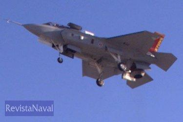 El X-35B, demostrador de la versión VSTOL del Joint Strike Fighter, en vuelo estacionario (Foto: Lockheed Martin).