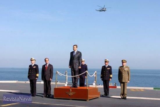 El Presidente del Gobierno recibiendo los honores de ordenanza a bordo del «Príncipe de Asturias» (Foto: MDE)