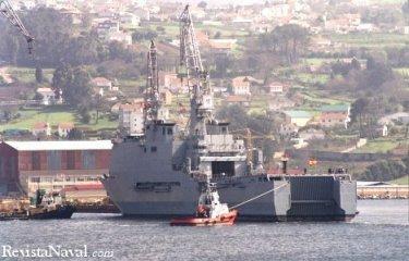 31 de marzo. Auxiliado por los remolcadores, el buque abandona por segunda vez el dique número 2 de Izar Fene (Foto: Xoán Porto)