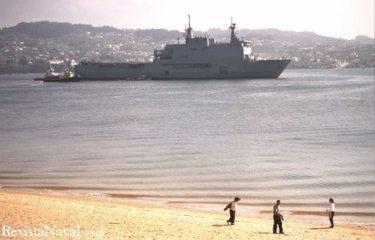 31 de marzo. El Castilla ha pasado todo el mes de marzo en Ferrol debido a su inesperada avería en Santander. En la imagen, frente a la ferrolana playa de Caranza.