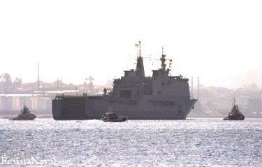 31 de marzo. Flanqueado por su escolta de remolcadores y por una patrullera de la Guardia Civil.