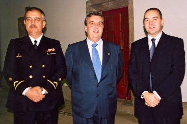 Los autores, Diego Quevedo Carmona y Alejandro Anca Alamillo, flanqueando al alcalde de Ferrol, Juan Juncal.