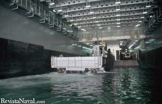 En esta fotograf�a se puede apreciar el peque�o port�n de popa para el transferencia de personal y veh�culos entre embarcaciones