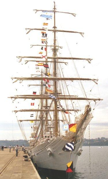 La fragata ARA «Libertad» en el puerto comercial de Ferrol (Foto: RevistaNaval.com)